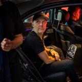 Umiddelbart inden koncerten går i gang, kommer de fire medlemmer af Metallica kørende i hver deres sorte bil med tonede ruder.