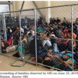En række politikere fra Kongressen i USA besøgte tidligere på ugen flere migrantcentre ved grænsen til Mexico. Her ses et billede fra et center, hvor en uafhængig rapport i maj slog alarm om farlig overbelægning. -/Ritzau Scanpix