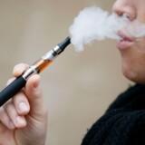 »Problemet er, at der opstår nikotinafhængighed, og at man glider fra det ene produkt til det andet - og til at ryge cigaretter. Nikotin er heller ikke godt for vores kredsløb, og e-damperi er ikke godt for luftvejene,« siger formanden for Lægeforeningens Lægemiddeludvalg, Tue Flindt Müller.