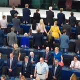 Britiske EU-parlamentarikere fra Brexit-patiet vender ryggen til den europæiske hymne.