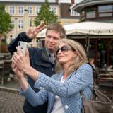 Iben Thranholm er færdig i Stram Kurs - her ses hun i en selfie med partiets formand, Rasmus Paludan på Torvet i Hillerød.