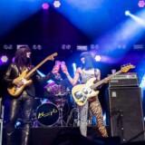 Se billederne: Gråd, jubel, fadøl på scenen og store stjerner på Orange. Lørdag sluttede Roskilde Festival 2019.Her ses den amerikanske instrumentalgruppe Khruangbin, der gav en af lørdagens første koncerter og skød den sidste koncertdag i gang med en fællesskål Tuborg-øl.