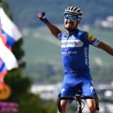 Julian Alaphilippe jubler over sin sejr på tredje etape, hvor han kom alene i mål et lille halvt minut førend konkurrenterne.
