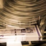 (ARKIV) Trykning af 50-kronesedler den 8. november 2016. I Danmark er det mindre end hver fjerde betaling i fysiske butikker, der sker med kontanter, mens det i Europa er fire ud af fem. Men de elektroniske løsninger risikerer at hægte svage grupper i samfundet af. Det skriver Ritzau, fredag den 12. januar 2018.. (Foto: Ólafur Steinar Gestsson/Scanpix 2018)