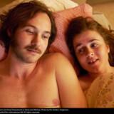 Skal der være grænser for godheden, eller er den blot det middel, vi alle mangler? HBOs serie »Gösta« stiller spørgsmålet gennem historien om den 28-årige ungdomspsykolog (spillet af Vilhelm Blomgren) og hans krævende kæreste Melissa (spillet af Amy Deasismont)