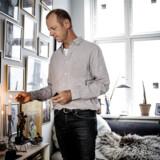 Ved stuekrogen mod syd opbevarer Niels Boje Lund mange minder om Mathias. Hans dvd-er, yndlingssko, fodboldpokaler, børnebøger og ting, han har lavet i skolen. Niels Boje tænder altid lys for Mathias.