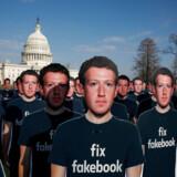 Papfigurer med Facebook-stifteren Mark Zuckerberg bruges her af demonstranter under en protest uden for USAs Kongres i Washington, D.C. i april 2018. At »fikse Facebook« var netop, hvad Mark Zuckerberg har lovet at gøre i kølvandet på sager om selskabets omgang med brugerdata og brugen af det sociale medie til falske nyheder, spredning af hadytringer og forsøg på at påvirke bl.a. præsidentvalget i 2016.