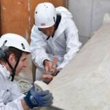 Retsteknikere i færd med at åbne en grav på Den Tyske Kirkegård i Vatikanet 11. juli.