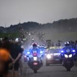 Motorcyklerne udgør et problem i Tour de France, mener Jakob Fuglsang med henvisning til det, der skete lørdag mod slutningen af 8. etape. (Photo by JEFF PACHOUD / AFP)