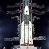 Chandrayaan-2-raketten står her på startrampen i den indiske delstat Tamil Nadu. Raketten vejer halvanden gange mere end en fuldt optanket jumbojet og er 44 meter høj.