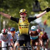 Belgiske Wout Van Aert kunne juble over sejren på 10. etape i Tour de France, som udviklede sig dramatisk til sidst på grund af sidevind.