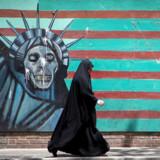 Et vægmaleri i Teheran viser tydeligt, hvad mange iranere mener om USA og de sanktioner, som Donald Trump har indført over for landet. Foto: Reuters/Ritzau Scanpix