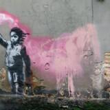 Et af gadekunstneren Banksys værker på en mur i Venedig i maj i år. Billedet er en kommentar til EUs behandling af flygtninge.
