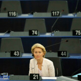 Efter at have holdt sin tale og udsendt sit visionspapir, er der ikke andet at gøre for tyskeren Ursula von der Leyen end at vente på, at europaparlamentarikerne har stemt. De starter afstemningen kl. 18.00.