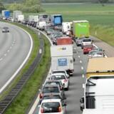 »Det skal være mindre tillokkende at køre i bil og mere attraktivt at tage bus og tog,« skriver formand og næstformand i Rådet for Bæredygtig Trafik.