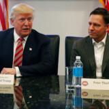 Præsident Donald Trump er klar til at hjælpe milliardæren Peter Thiel (th.) med at »tage et kig« på Google.