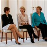 Efter sin snævre sejr i Europa-Parlamentet tirsdag står Ursula von der Leyens (i midten) over for hårdt arbejde. Men hendes sejr åbner nye muligheder for hendes konservative partifæller i Berlin. CDU-formand Annegret Kramp-Karrenbauer (til venstre) rykkede onsdag ind på Merkels ministerhold som ny forsvarsminister. Størstedelen af ceremonien foregik siddende på grund af kanslerens tildligere rysteanfald.