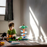 På Udrejsecenter Sjælsmark, den nedlagte kaserne i Nordsjælland, har toårige Ermina Masoudi og hans familie fået mulighed for at spise på værelserne i stedet for i centerets kantine. Men hans mor efterspørger noget helt andet til den lille dreng.