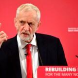Jeremy Corbyn er kommet helt ude fra det yderste venstre og har sat sig tungt på magten i Labour. Den økonomiske politik handler nu om nationaliseringer og højere skatter. Foto: Daniel Leal-Olivas/Ritzau Scanpix