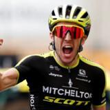 Simon Yates sneg sig med i en flok på 40 ryttere, der endelig slap fri efter 50 km af de i alt 210 km fra Toulouse til Bagneres-de-Bigorre. Yates endte med at vinde etapen efter en spurt.