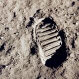 Vrøvlede Neil Armstrong, eller sagde han præcis det, der var hensigten, da han satte verdens første fod på Månen? Måske får vi det aldrig opklaret. Det berømte billede af støvleaftrykket i det fine månesand stammer i øvrigt ikke fra Armstrong, men fra hans medastronaut Buzz Aldrin.