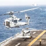 En helikopter letter fra det krigsskib, USS Boxer, som en iransk drone angiveligt kom for tæt på torsdag. Krigsskribet befinder sig i Hormuzstrædet, hvor forholdet mellem Iran og USA de seneste måneder er blevet stadig mere anspændt.
