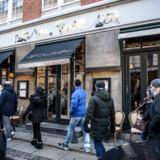 Fødevarestyrelsen har torsdag eftermiddag lukket Café Dan Turèll i København samt to andre caféer på grund af uklare ejerforhold. De mistænkes for at være stråmandsvirksomheder.