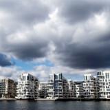 Skyer trækker ind over lejligheder i Havneholmen i Sydhavnen. De skyer kan meget vel i mere billedlig forstand trække helt ind over det københavnske boligmarked, hvor de lave renter kommer til at gøre ondt.