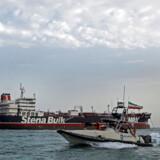En båd fra Irans Revolutionsgarde sejler ved siden af det britiske olietankskib Stena Bulk ved Bandar Abbas havn 21. juli 2019.