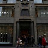 Folk passerer forbi en Zara-butik i det centrum af den spanske hovedstad, Madrid.