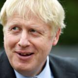 (ARKIV) Boris Johnson, a leadership candidate for Britain's Conservative Party visits King and Co. Tree Nursery during his campaign tour, in Braintree, Britain, July 13, 2019. Briternes formentlig kommende premierminister, Boris Johnson, vil have landet ud af EU senest i oktober. Men uden en aftale koster det dyrt, lyder advarslen. Det skriver Ritzau, søndag den 21. juli 2019.. (Foto: POOL/Ritzau Scanpix)