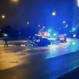 En politibetjent er natten til tirsdag omkommet i en trafikulykke på Langebro i København. Bilinspektører har siden ulykken været i gang med at undersøge, hvad der er sket på broen. I den forbindelse har Langebro været spærret for trafik. Politiet var i flere timer i gang med at rydde op på broen, hvor der lå store mængder olie og kølervæske fra de implicerede biler.