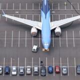 Et af Boeings groundede 737 MAX fly, der bliver opbevaret på virksomhedens medarbejderparkeringsplads.