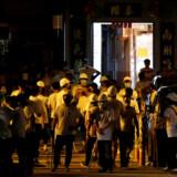 Søndag gik en gruppe hvidklædte mænd til angreb mod demonstranter og aktivister på en metrostation i Yuen Long – og mindst 45 blev efterfølgende indlagt med skader. Nu er weekendens demonstration flyttet til Yuen Long, og denne gang forbereder demonstranterne sig på, at de hvidklædte mænd kan dukke op igen.