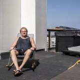 Jesper Wodschow på sin store tagterrasse oven på det betongulv, hvor der i stedet for gulvbrædder af træ blot er monteret tagpap.