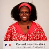 Sibeth Ndiaye holder pressekonference i en af de farverige kjoler, der får kritikere til at erklære hende uværdig til jobbet som den franske regerings talskvinde.