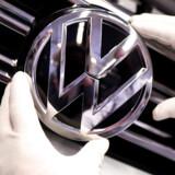 (Arkiv) I fremtiden vil danskerne købe biler på abonnement. Det forudser den danske forhandler af Volkswagen, Sempler Gruppen, som allerede i år forventer, at omsætningen vil stige på grund af abonnementssalg. Her er en ansat på folkevognsfabrikken i Wolfsburg i Tyskland i gang med at sætte det kendte logo på en ny bil i marts 2019. Arkivfoto: Fabian Bimmer / REUTERS / Scanpix