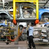 Nedturen på det kinesiske bilmarked, mener analytikere, skyldes: lavere økonomisk vækst, nye emissionsregler og besparelser på tilskud til købere. Beskæftigelsen i branchen er faldet med fem pct. siden juli 2018.