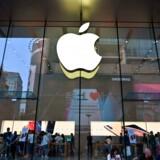 Kunder besøger en Apple-butik i Shanghai, 10. maj 2019. Kina er et vigtigt marked samt produktionsland for techselskabet, men de nyeste toldsatser sår tvivl om, hvorledes produktionen af Apple-produkter bør flyttes ud af Kina.