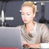 Kvinder er mere stressede end mænd, selv om de i gennemsnit arbejder mindre. De allermest stressede står uden for arbejdsmarkedet som arbejdsløse og førtidspensionister efterfulgt af personer under uddannelse.