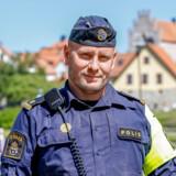 Den svenske politibetjent Viktor Adolphson er blevet kendt for sin Twitter-profil, hvor han skriver om sit job. Nyligt fik han lukket sin Twitter-konto ned efter en formaning til præsident Donald Trump. Selv tror han, at det skyldes påvirkning fra Trumps og rapstjernen Kanye Wests store fanskarer.