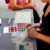 »Vi fandt overraskende, at mængden af restpartikel-kolesterol i blodet hos voksne danskere var lige så stor som mængden af det lede LDL kolesterol. Da vi tidligere har vist at restpartikel-kolesterol er mindst lige så vigtigt som LDL-kolesterol for at øge en persons risiko for blodprop i hjertet og hjernen, er dette en bekymrende udvikling,« siger professor og overlæge Børge Nordestgaard fra Københavns Universitet og Herlev og Gentofte Hospital.
