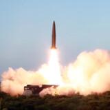 Nordkoreanske statsmedier har løbende udsendt billeder fra sidste uges prøveaffyring af to kortdistancemissiler. Onsdag morgen har landet igen affyret missiler over Det Japanske Hav. KCNA/Reuters