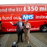 Løftet på denne bus er blevet kritiseret vidt og bredt, men Boris Johnson har holdt fast. Nu planlægger han ifølge Financial Times en massiv investering, der skal tilfredsstille de vælgere, der lod sig overbevise af bussens slogan: Lad os finansiere vores eget sundhedssystem frem for EU. Arkivfoto fra 2016: Darren Staples/Reuters/Ritzau Scanpix