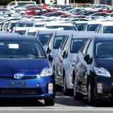 Toyota kan ikke overhale Volkswagen. Den japanske producent forbliver verdens andenstørste bilproducent i første halvår trods negativ vækst hos Volkswagen.