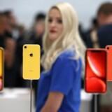 (Arkivfoto) Salget af iPhones som Apple iPhone XR, som her er udstillet til et event i Steve Jobs Theatre i Cupertino, California, i september sidste år, falder støt. Men Apple ser ud til at have succes med at erstattet mobilsalget med andre gadgets og services. Foto: JUSTIN SULLIVAN / Getty Images / AFP / Scanpix