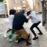 Stilbilleder af hændelsen fra et vidnes telefon. Rapstjernen ASAP Rocky er sammen med to gerningsmænd fra sin entourage sigtet for overfald på en 19-årig mand. I Sverige kredser debatten nu om den 19-årige mand, en afghansk flygtning.