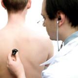 »Det nye er, at en stigende del af nutidens patienter også forventer, at lægen skal bruge tid, ører og øjne på klienternes alt for lange hjemmegooglede journaler og indgå i en sparring med patienten, som om de var fagligt ligeværdige,« skriver Torben Sten.