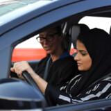 Kvinder i Saudi-Arabien fik i 2018 lov til at køre bil. Nu får den stramt styrede stats kvinder også lov til at rejse uden at have en værges tilladelse.