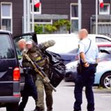 Østjyllands Politi er søndag til stede i området Bispehaven i Hasle i det vestlige Aarhus. . (Foto: presse-fotos.dk/Ritzau Scanpix)